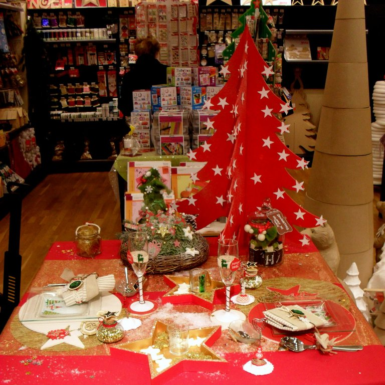 Une table de no l traditionnelle au magasin de cha - Table de noel traditionnelle ...