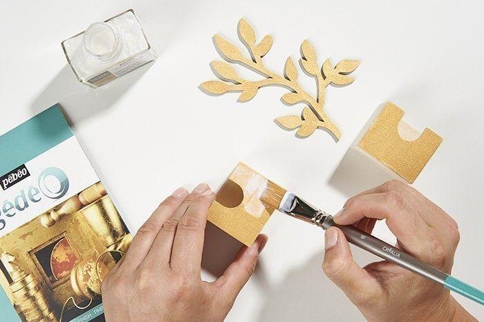 3. Appliquer la mixtion sur les surfaces peintes en doré (tiroirs, accessoires …). Elle devient transparente lors du séchage, laisser sécher 15 minutes pour que le pouvoir collant apparaisse.