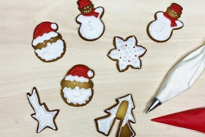 7.  Idée n° 2 : Réaliser le contour des biscuits et remplir directement l'intérieur. Laisser sécher la glace royale au moins 20 min. Pour rajouter du volume, dessiner par-dessus des détails.