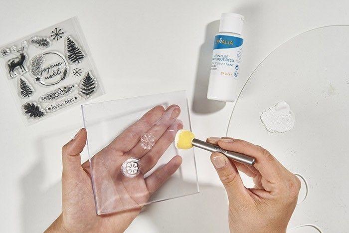 ETAPE 4/8 Positionner un tampon transparent sur le bloc acrylique et l'enduire de peinture blanche appliquée à l'aide du pinceau mousse.