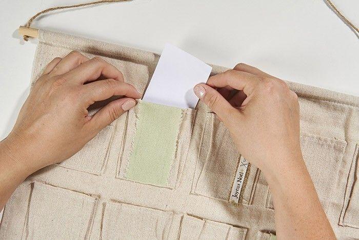 ETAPE 3/8 Découper des rectangles de 6 x 12 cm dans du papier de brouillon et les insérer dans les pochettes à décorer de tampons