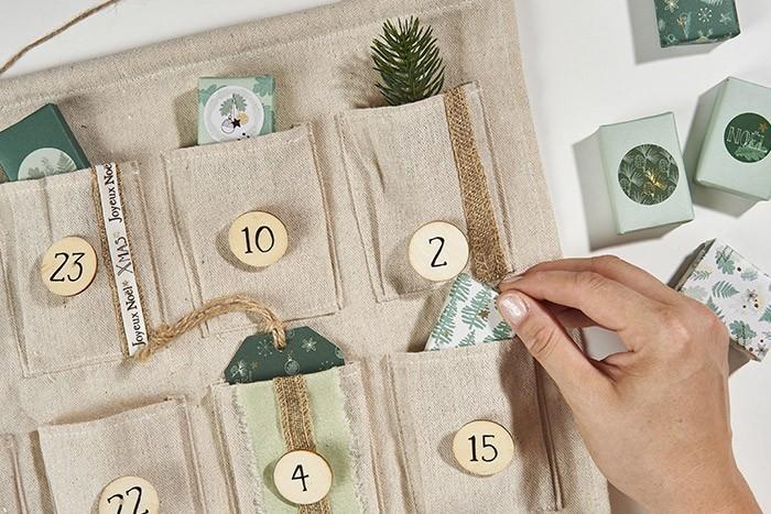 ETAPE 7/8 Garnir le calendrier de l'avent de cartes et surprises emballées avec les papiers de la collection.