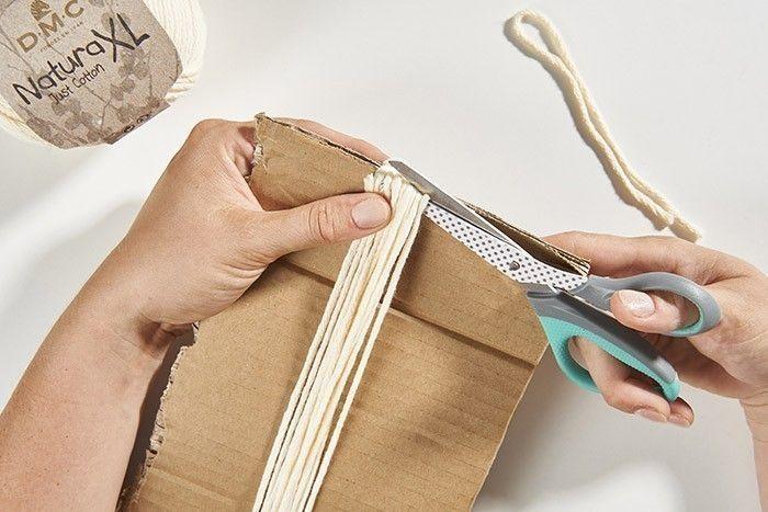 ETAPE 5 CRÉATION DES FEUILLES/PLUMES MACRAMÉ Couper un brin de 30 cm et le plier en 2 pour la tige centrale, fixer avec de l'adhésif la boucle sur le plan de travail. Préparer une cartonnette de 24 cm et enrouler 12 tours complets. Couper de façon à obtenir 24 brins de 12 cm.