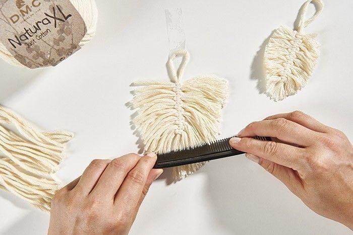 ETAPE 6 Chaque nœud nécessite 2 brins de 12 cm. Créer des nœuds plats sur la tige en alternant le sens des nœuds (voir schéma dans la liste du matériel). Effiler les brins avec un peigne puis couper en forme de feuille.