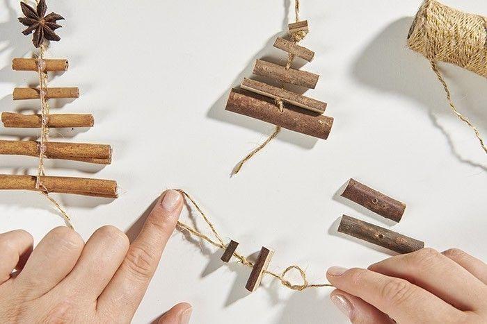 TAPE 7/8 Couper une longueur de ficelle, créer une boucle et l'enfiler dans le plus petit morceau, nouer puis insérer le 2ème bâtonnet, nouer dessous, etc jusqu'au dernier. Réaliser d'autres sapins avec des bâtons de cannelle, personnaliser avec des étoiles anisées.