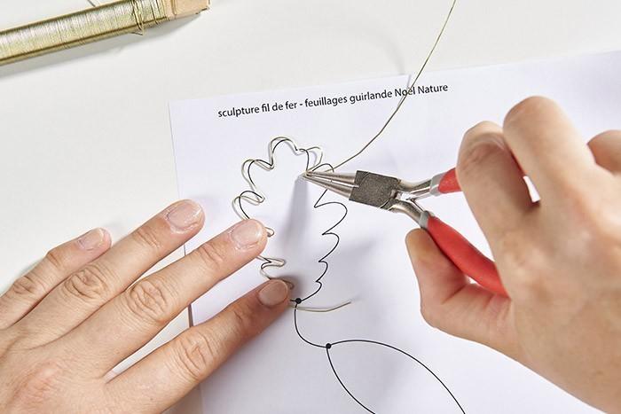 ETAPE 2/9 Modeler le fil de fer en vous aidant du gabarit et de la pince ronde pour marquer les arrondis de la feuille de chêne.