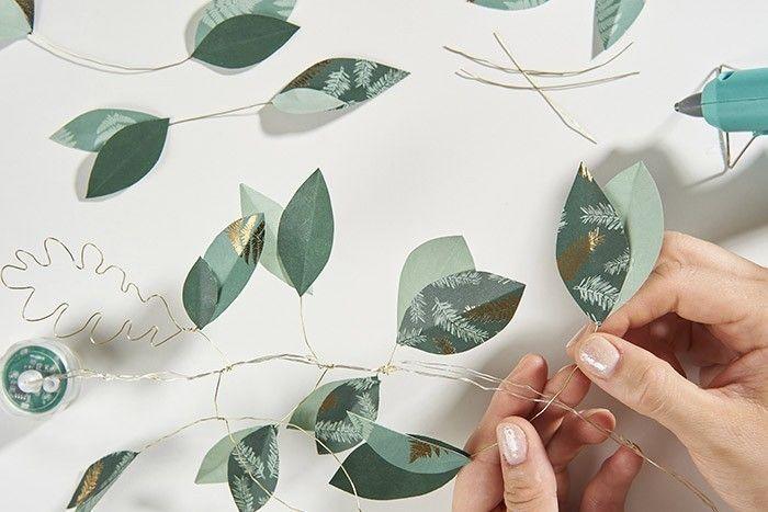 ETAPE 5/9 Découper au niveau des plis du papier un arc de cercle. Une fois déplié, des feuilles de laurier sont découpées. En créer de différentes tailles et nuances de verts.