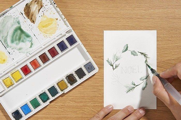 ETAPE 3/9 Peindre les feuillages des branchages de sapin ainsi que les feuilles de chênes avec le même mélange de couleurs mais moins dilué à l'eau pour marquer des teintes plus soutenues. Laisser sécher.