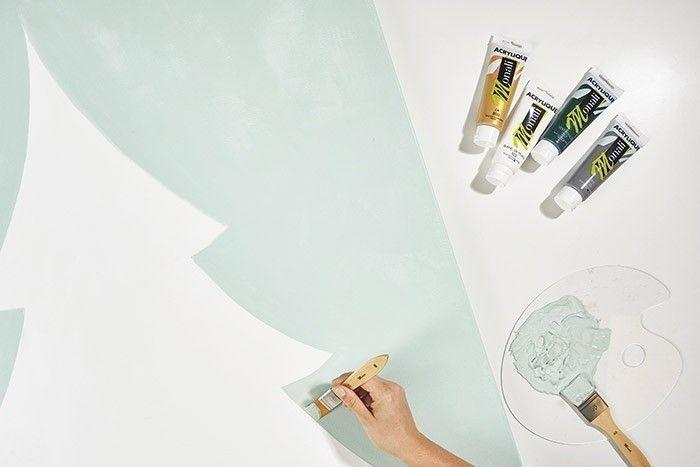 ETAPE 5/8 Dessiner le motif sapin sur votre toile à l'aide de la grille de repères à télécharger. Peindre le fond en vert menthe (mélange 6/10 de blanc + 2,5/10 d'or + 1/10 de vert + 0,5/10 de gris) et le sapin en blanc.