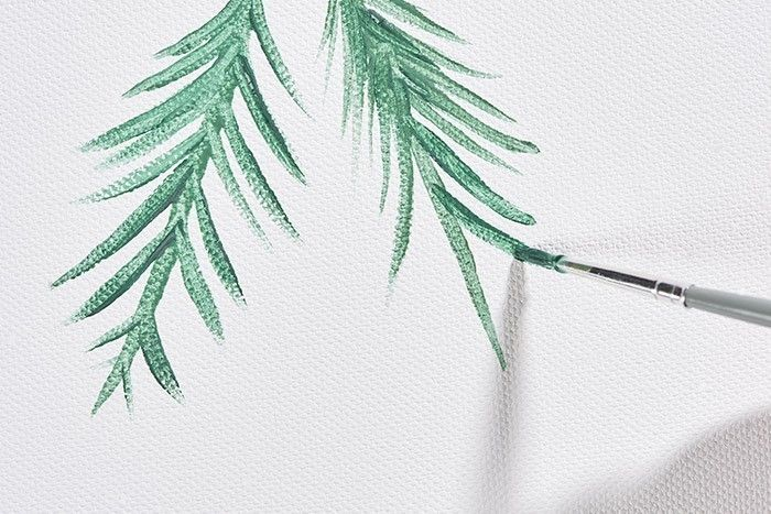 ETAPE 6/9 Visualiser l'emplacement des guirlandes avec la ficelle, peindre sur la toile les branches de pin en commençant par la nervure centrale puis les aiguilles, varier les tonalités de verts.