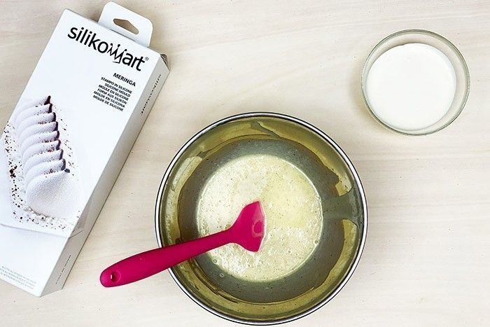 ETAPE 3/13 Une fois la crème chaude ajouter votre gélatine réhydratée, puis verser le tout en 3 fois sur le chocolat fondu et mélanger avec la maryse. Ajouter ensuite les 330g de crème restante froide. Filmer au contact et la laisser au frais 24 h. En attendant préparer la génoise.