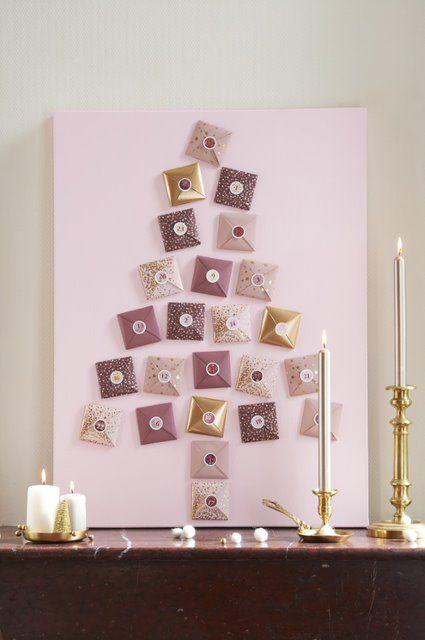ETAPE 8/8 Peindre la toile en rose à l'aide d'un rouleau. Laisser sécher. Positionner les 24 pochettes pour former un sapin, coller un sticker numéro de l'avent sur chacune puis encoller la base.