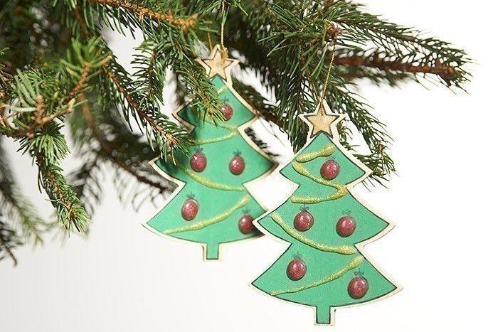 Les décorations sont prêtes pour décorer le sapin de Noël.