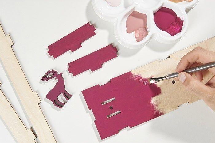 ETAPE 1/7 Peindre le socle du support et le cerf en coloris prune. Laisser sécher.