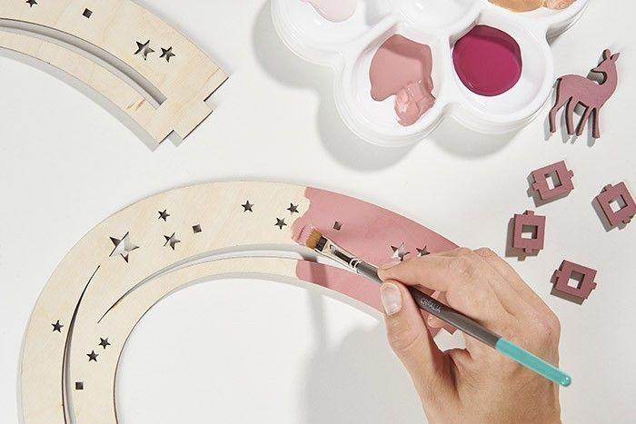 ETAPE 2/7 Peindre recto-verso les arcs étoilés et la biche en coloris vieux rose. Laisser sécher.