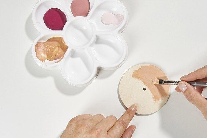 ETAPE 3/7 Créer un mélange « rose gold » avec du doré et du vieux rose. Peindre le socle avec cette teinte. Laisser sécher.
