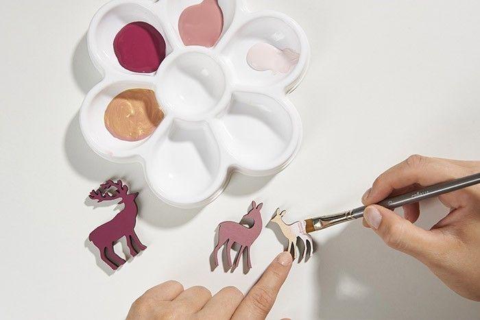 ETAPE 4/7 Peindre recto-verso le faon en coloris rose poudré. Laisser sécher.