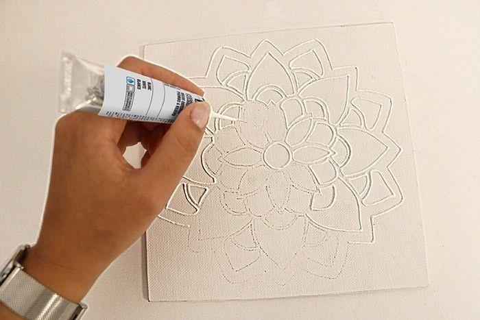 Etape 3/7 Passez minutieusement le Cerne Relief blanc sur les lignes de crayon. Veillez à ce que vos traits soient uniformément répartis
