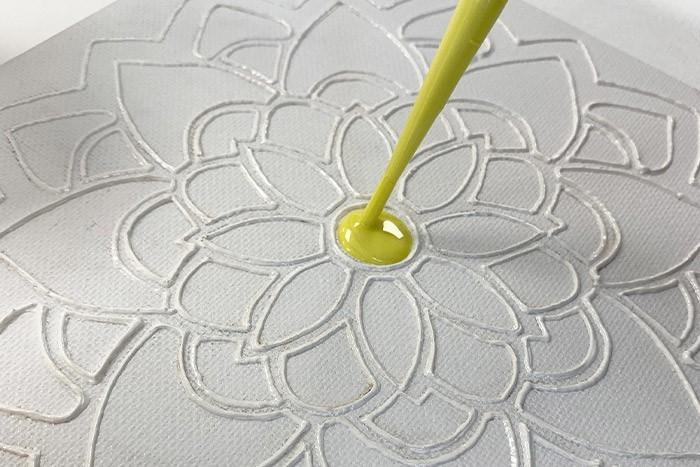 Etape 6/7 Pour chaque couleur remuer à nouveau avec un batônnets avant de remplir la pipette de peinture. Utilisez-les pour compléter votre réalisation selon votre inspiration. Appliquez généreusement, en couche épaisse. Laissez sécher votre réalisation à plat pendant 24 h avant de manipuler.