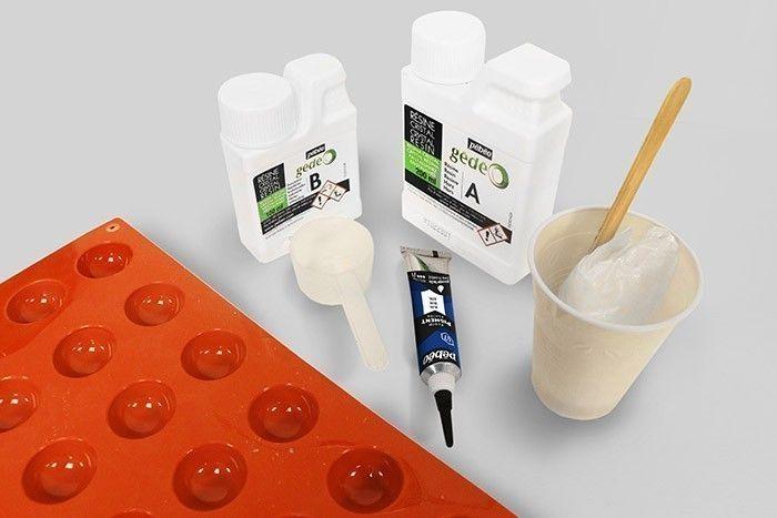 Etape 1/7 Préparez le matériel en sortant les produits du kit. Veillez à ce que votre support de travail soit protégé et plat.