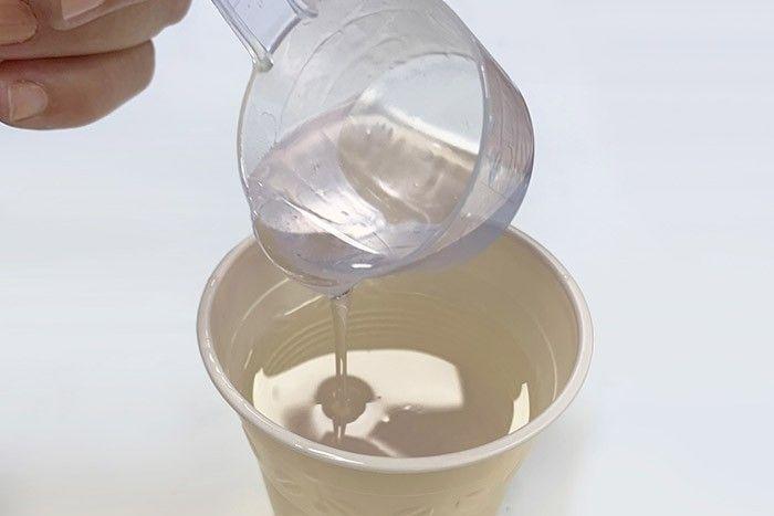 Etape 2/7 Suivez les explications du kit pour doser la résine puis répartir le mélange dans trois gobelets.