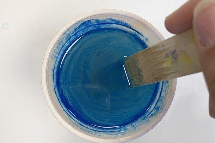 Etape 4/7 Mélangez chaque gobelet pendant 2-3 minutes avec un bâtonnet pour homogénéiser la couleur avec la résine. Laissez reposer quelques minutes.