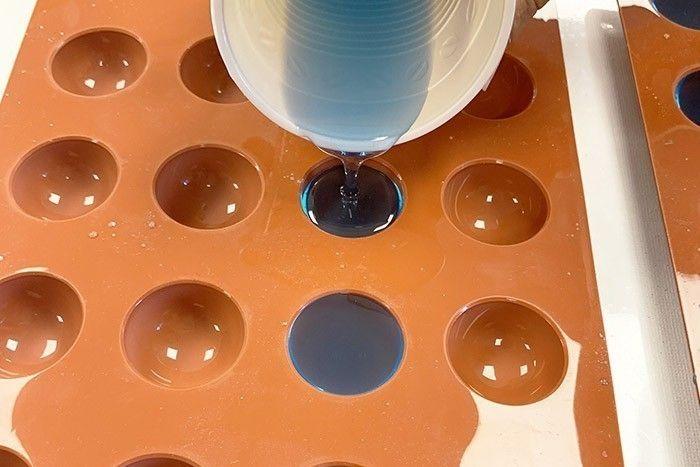 Etape 5/7 Dans un moule propre et sec, versez la résine colorée sans déborder.