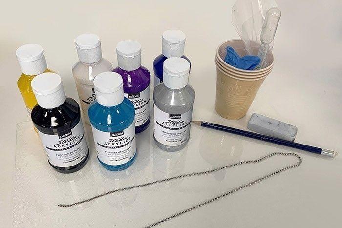 Etape 1/7 Préparez votre matériel et les couleurs que vous souhaitez utiliser. Veillez à bien mettre vos gants et à protéger votre plan de travail avec une bâche en plastique.