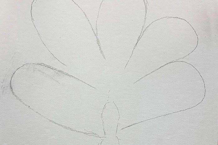 Etape 2/7 Sur le carton toilé, dessinez des grandes pétales bien arrondies. Plus vos formes seront arrondies plus il sera facile de manier la chainette.