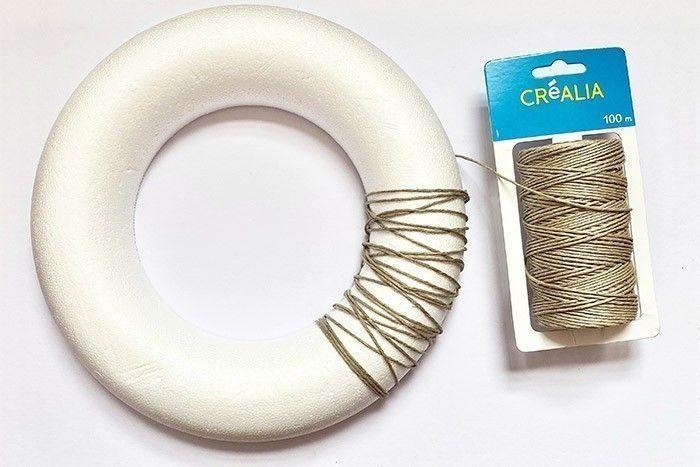 Etape 1/8 Enroulez la ficelle autour de l'anneau en polystyrène jusqu'à ce qu'il soit complètement recouvert.