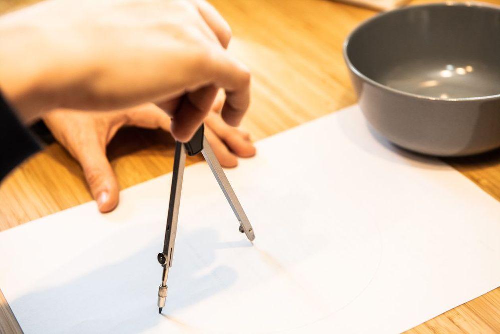1. Pour créer votre gabarit, tracer sur une feuille à l'aide d'un compas un cercle du diamètre du contenant choisi en ajoutant 10 cm de plus. Découper le gabarit.