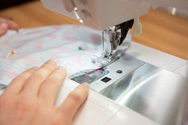 3. Placer endroit contre endroit les deux ronds de tissu. Epingler. Piquer à 0.8 cm du bord en laissant une ouverture d'environ 5 cm.
