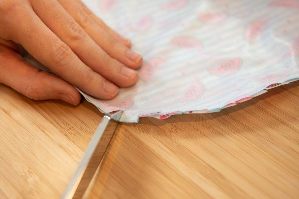 4. Cranter tout le contour avec les ciseaux de couture, puis retourner sur l'endroit.