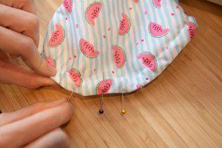 7. Tirer le tissu au niveau de l'ouverture afin de ne pas avoir de plis. Epingler l'ouverture de 5 cm. Avec un fil et une aiguille fermer par un point invisible.