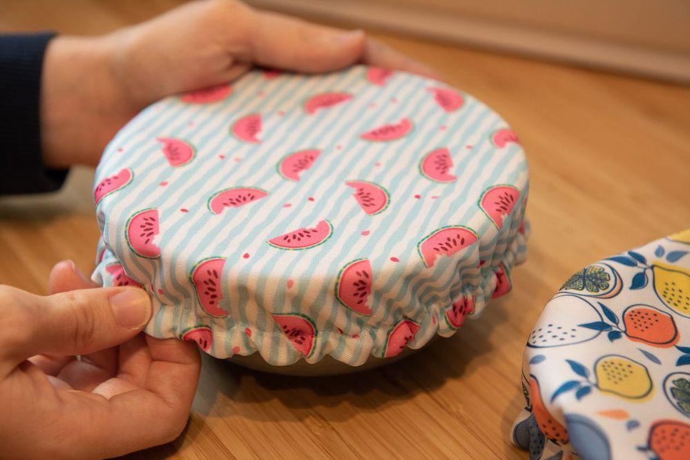 8. Réaliser plusieurs charlottes pour différent contenant : saladier, bol, tasse. Pour ce faire il suffit de rajouter 10 cm au diamètre du contenant. Pour définir la taille de l'élastique prendre à l'aide d'un mètre ruban la circonférence du contenant et retirer 5cm.