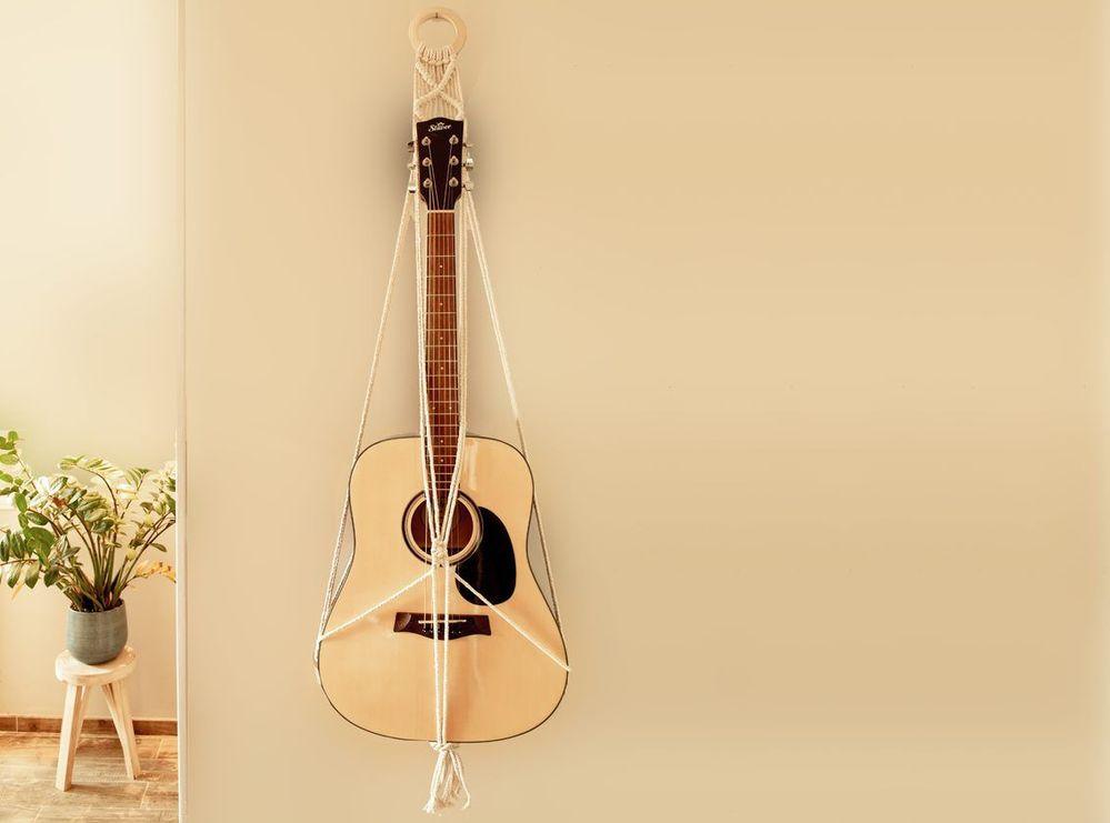 9. La suspension murale pour votre guitare en macramé est prête.