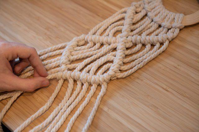 5. Poursuivre le motif macramé en reprenant le fil qui se trouve tout à gauche, réaliser des nœuds avec les 5 premiers brins et reprendre une rangée de nœuds partant de la droite et former des nœuds avec les 6 brins.