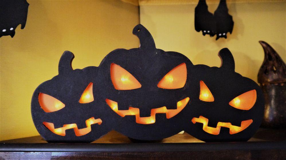 De la peinture noire, du papier, une guirlande, et voilà des citrouilles effrayantes !