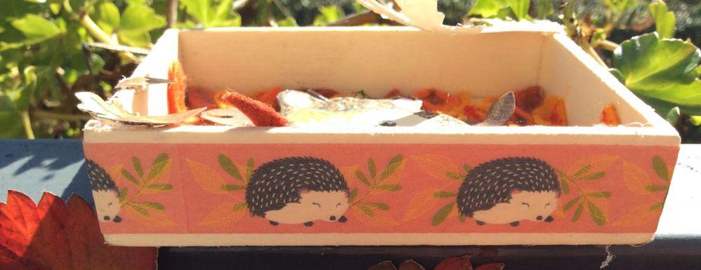 Scotch décoratif collé sur le côté de la boîte.