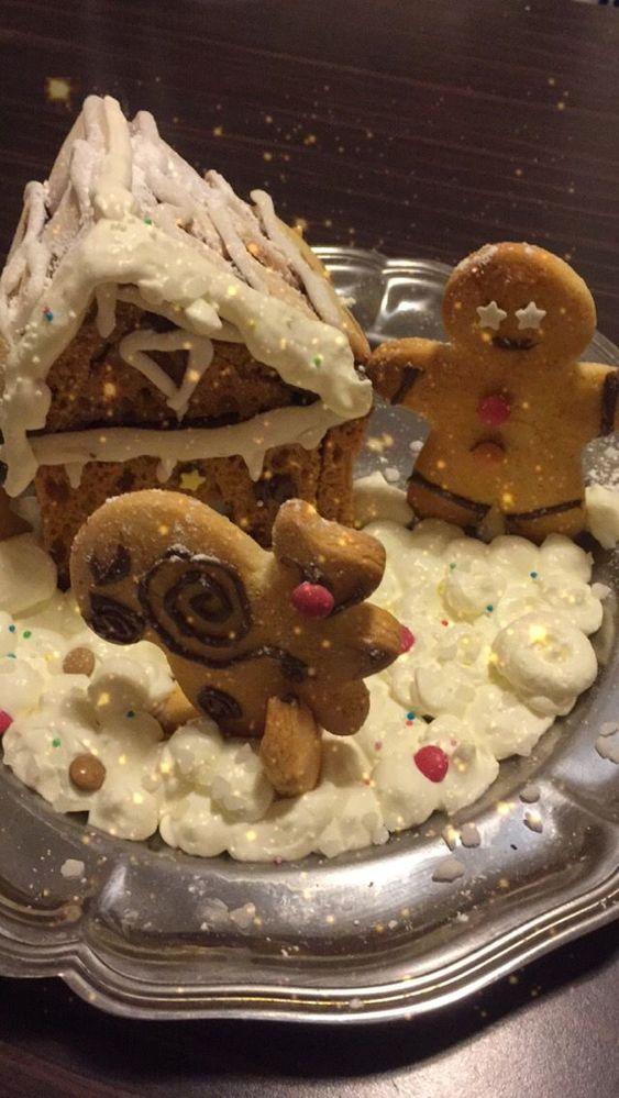 La maison du Père noël en pain d'épice (qui penche un peu mais elle tient!), langues de chat pour le toit, écureuil Créalia, chantilly montée à la main, pâte à sucre, smarties, chocolat....