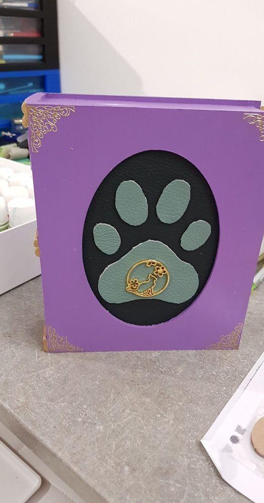 Comme vous vous en doutez c'est une fan de chat . Le médaillon et la patte sont en cuir .