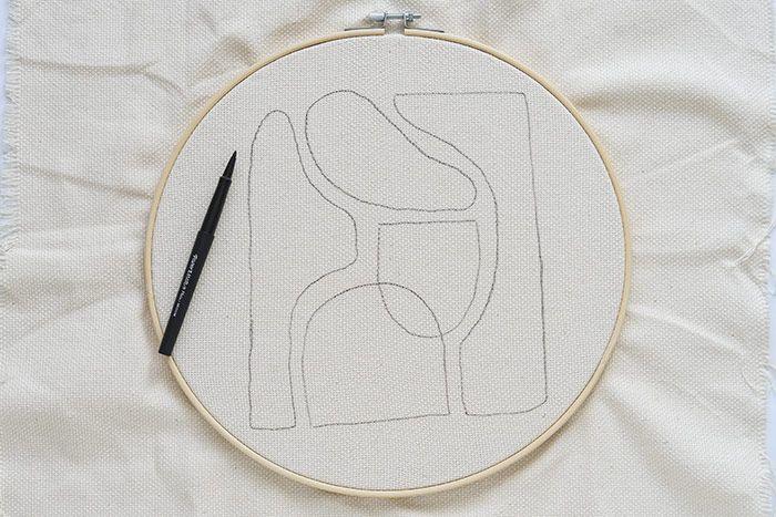 Etape 1/13 Couper un morceau de toile pour punch needle de 50 x 60 cm, positionner le tambour à 15 cm du haut, centré sur la largeur. Télécharger, imprimer et reporter le gabarit.