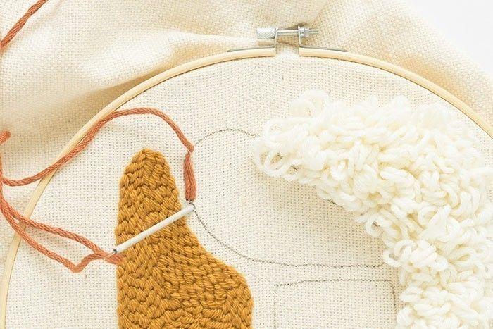 Etape 9/13 Coudre un point droit avec l'aiguille à laine et remplir toute la zone définie.