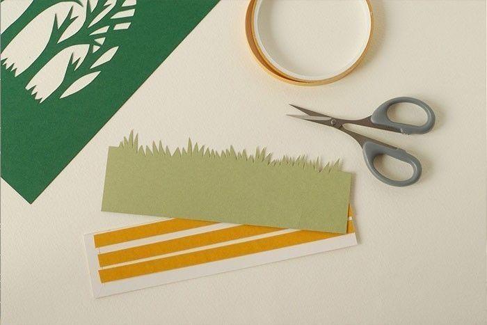 Etape 3/9 Pour consolider le papier, découper une bande de carton fin un peu moins haute que les herbes. Coller du ruban adhésif double face. Ôter le film protecteur. Fixer les herbes de façon à ne pas voir le carton fin.