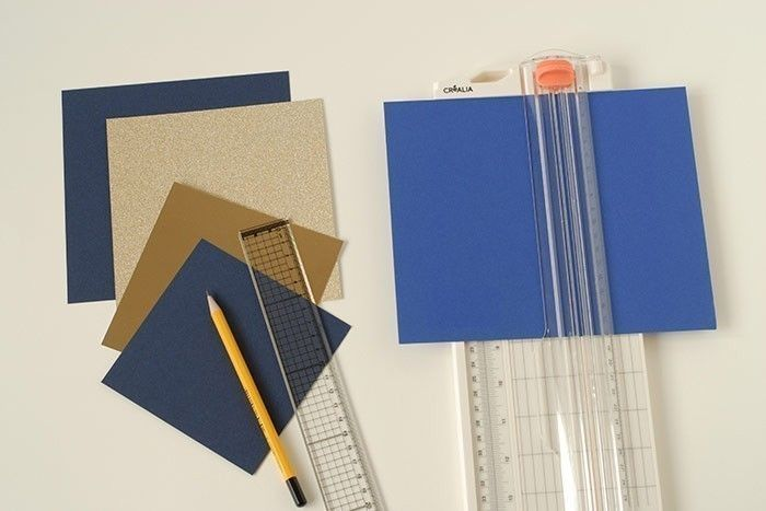 Etape 1/14 - Carte lune Couper une carte bleue marine de 16 x 16 cm, une carte or pailletée de 15 x 15 cm, un carré or brillant, un carré bleu indigo et un carré bleu marine de 12 x 12 cm.