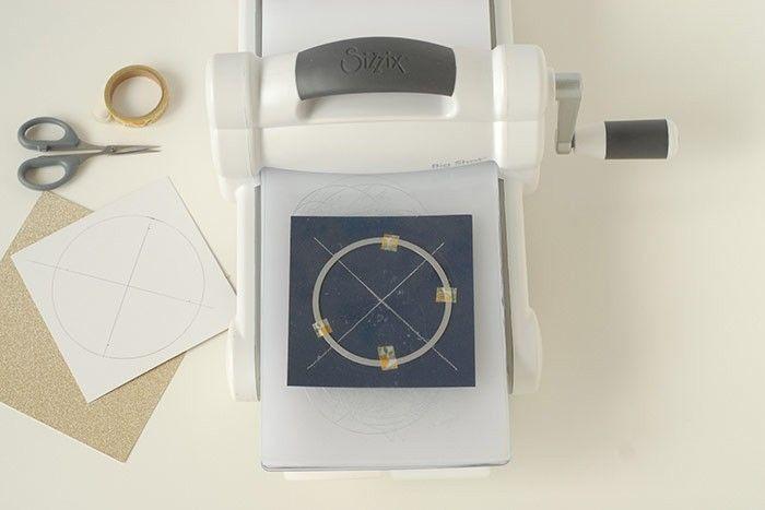 Etape 4/14 - Carte lune Placer l'ensemble entre les 2 plaques de plexi et passer dans la machine de découpe.