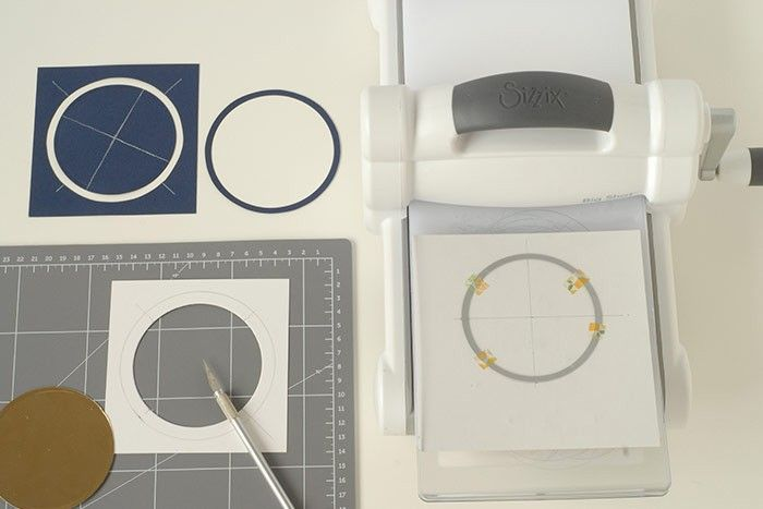 Etape 5/14 - Carte lune Découper les anneaux bleu marine et or. Préparer le dos de la carte or pailleté pour y placer le dôme. Marquer les repères. Découper à la machine.