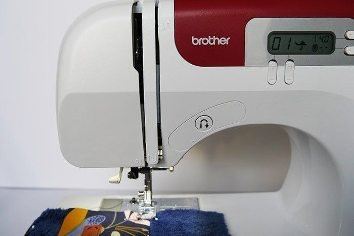 ETAPE 4/11 Surpiquez les deux bandes de tissu de part et d'autre, à 3 mm du bord.