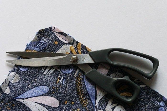 ETAPE 6/11 Piquez tout autour à 1 cm du bord, en laissant une ouverture de 10 cm environ sur un des côtés. Dégagez les angles* et retournez sur l'endroit en poussant bien les coins. Repassez l'essuie-main bien à plat et refermez l'ouverture en cousant à la main quelques points invisibles. *Dégager ou dégarnir les angles consiste à couper l'excédent de tissu dans l'angle cousu.