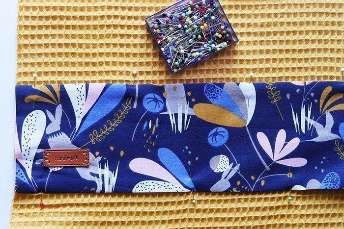 ETAPE 7/11 Procédez de la même façon pour le torchon en cousant une bande de 12 x 50 cm de tissu à motifs sur le tissu nid d'abeille. Placez-la à 8 cm du bord haut et surpiquez.